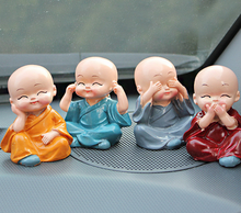 4 adet/grup Küçük Keşiş Araba Dekorasyon Güzel Oyuncak Bebek Süsler Araba Aksesuarları Reçine ofis masası Dekorasyon