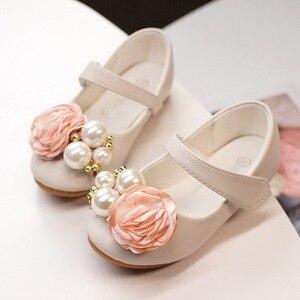 Image 1 - Dzieci księżniczka buty letnie dziewczyny sandały na sukienka dla dzieci skórzane buty kwiat perłowy moda dla dzieci sandały na płaskim obcasie wysokiej jakości