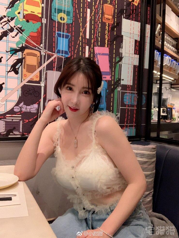 微博妹子@小甜甜 甜美的外表下居然藏着凹凸有致的身材!