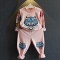 2017 Nuevo Bebé de la Manera Muchachas Del Otoño Del Resorte Outwear Niños Sistema de la ropa de Manga Larga T-shirt Top + Pants 2 unids Traje Buena regalo
