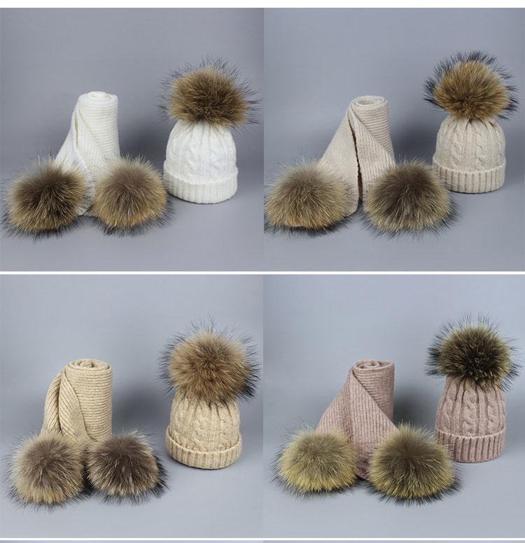 -1_03Bonnet et écharpes tricotés avec pompons en fourrure