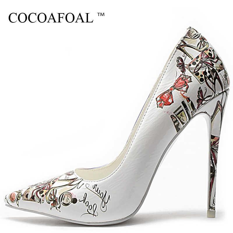 COCOAFOAL לבן חתונה גבוהה עקבים נעלי נשים של אישה כלה העקב בתוספת גודל הבוהן מחודדת משאבות מסיבת פגיון גרפיטי