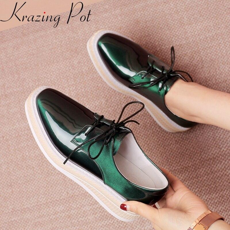 Ayakk.'ten Vulkanize Kadın Ayakkabıları'de Krazing Pot 2019 büyük boy patent deri yuvarlak ayak artan düz ayakkabı zarif platformu rahat kadın vulkanize ayakkabı La1'da  Grup 1