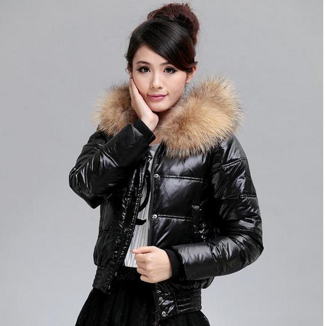 De pato blanca en cuello de piel real 2016 Gran cuello de piel de mapache abajo cubre la chaqueta femenina corto abrigo parkas w1164