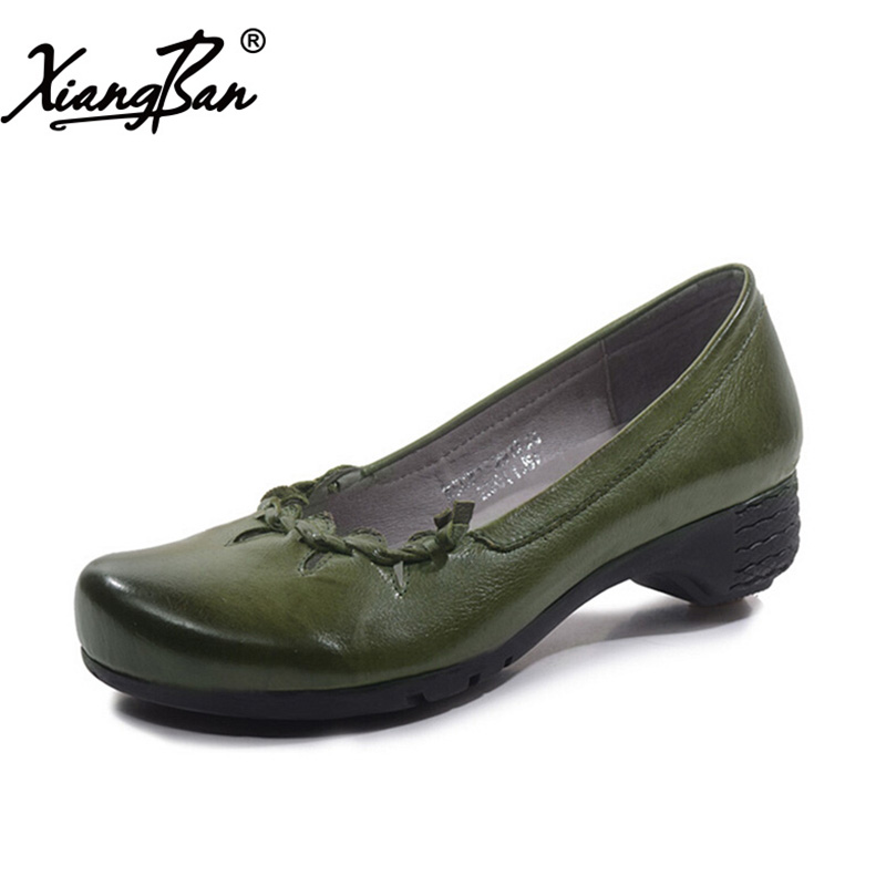 a72d365586 2019 mulheres casuais sapatos feitos à mão de couro macio senhoras salto  médio bombas verde cabeça redonda sapatos de salto grosso xiangban