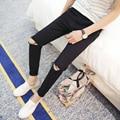 2016 тощий жаркие летние мужские брюки Soild черный тонкий мужской одежды мода британский стиль сломанной отверстие брюки бесплатная доставка