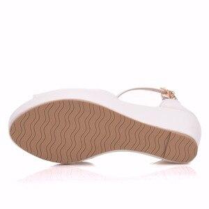 Image 3 - Crystal Queen Sandalias de tacón de cuña Superior para mujer, zapatos femeninos de plataforma alta, Punta abierta, tacón alto de Pu blanco, cuñas