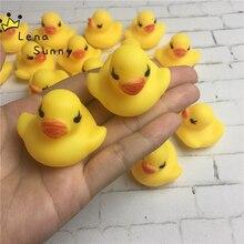 2000 adet/grup toptan 4*4*3cm Mini sarı Hong Kong lastik ördek Pvc banyo oyuncak ses yüzen ördek