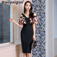 Женское облегающее платье футляр с открытыми плечами и цветочным