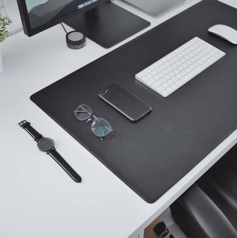 Tapis de bureau en cuir pour garder votre espace de travail aussi propre et aussi minimal que possible, protégeant le haut de votre bureau contre l'usure