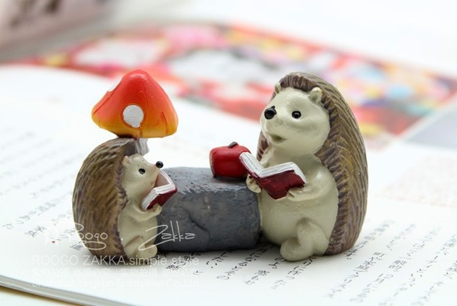 sale~1Pcs  hedgehog reading story/fairy garden gnome/moss terrarium home decor/crafts/bonsai/bottle garden/miniatures/m025
