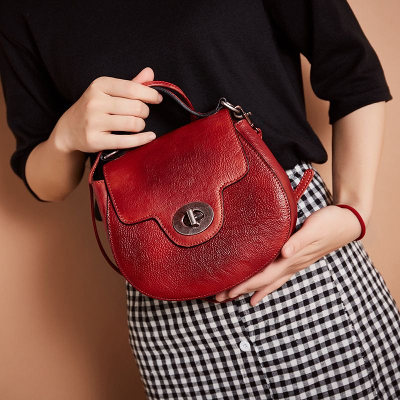 LOEIL Leather one shoulder slung female bag star with the same paragraph fashion lock flip portable ladies small bag