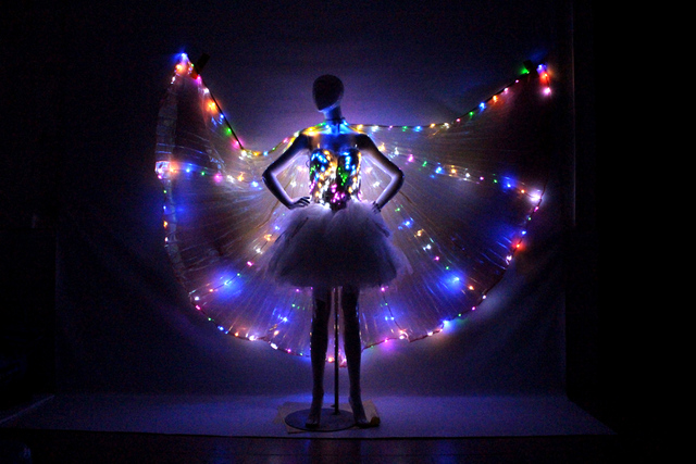 https://ae01.alicdn.com/kf/HTB1dAXQLVXXXXabXVXXq6xXFXXXe/Stage-Party-Vakantie-Kleurrijke-LED-mantel-kleurrijke-angel-licht-vleugels-mantel-LED-catwalk-podium-kostuums-LED.jpg_640x640.jpg
