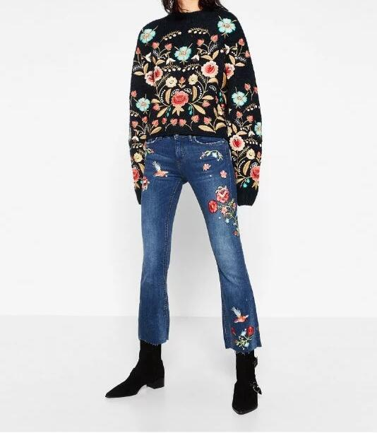 ФОТО 2017 Spring New Women Fashion Blue Flowers EMBROIDERED CROPPED JEANS Fringed pockets and hem With Pockets
