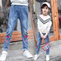 Новые джинсы для маленьких девочек осенние джинсовые штаны Детский Тонкий цветочный Мотобрюки обтягивающие Вышивка цветок Длинные Брюки д...