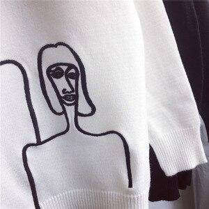 Свитер Korobov 76271 женский с мультяшной вышивкой и длинным рукавом