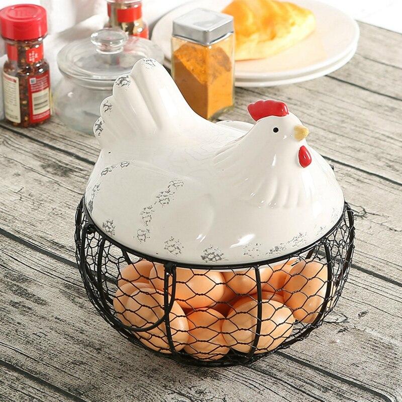 Panier de stockage d'oeufs de fil de maille en métal noir avec le dessus et les poignées de poulet de ferme en céramique blanche