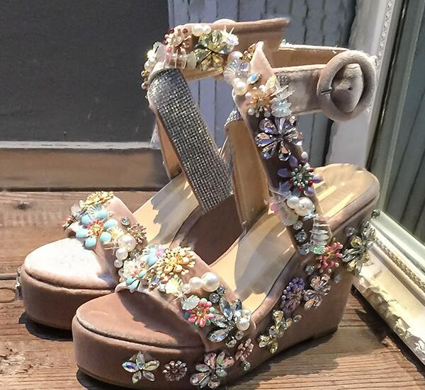 2017 Summer high quality sandal woman open toe crystal flower embellished platform wedge sandal velvet pearls beaded sexy sandal купить