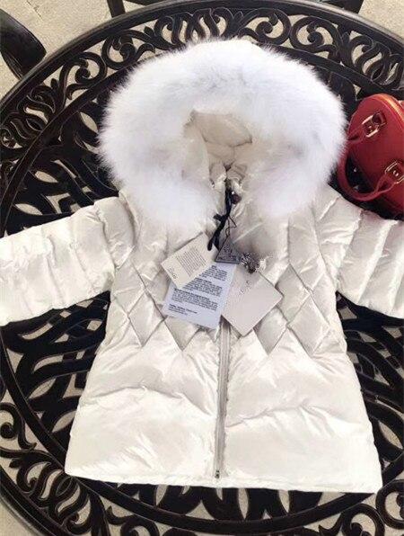 Della ragazza verso il basso di modo con cappuccio del rivestimento del capretto bianco caldo giù giacca