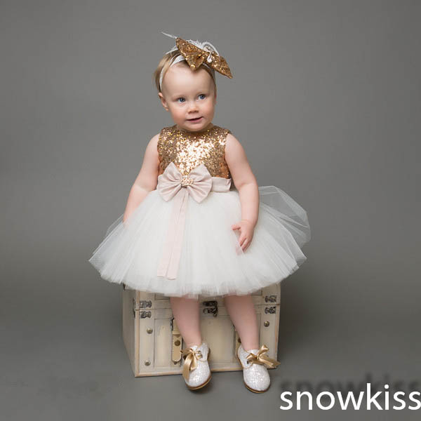 Golden sequins knee-length tulle flower girl dresses with bow for evening birthday occasion baby party frocks lovely ball gowns vintage emerald green backless flower girl dress with golden sequins knee length short baby 1 year birthday gowns with big bow