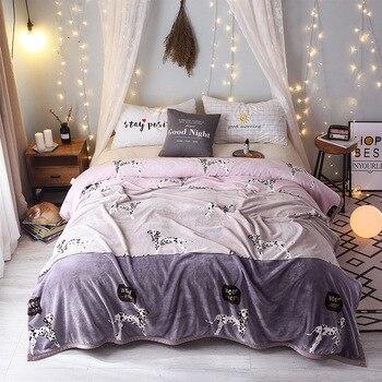Одеяло на кровати в сперме