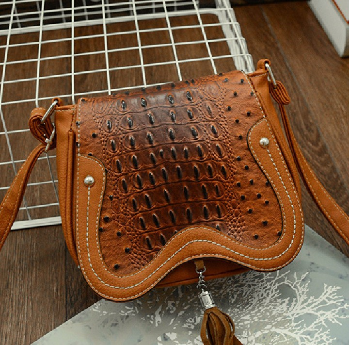 Small fresh 2017 new ladies leather handbag crocodile pattern tassel female bag women s shoulder bag