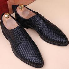 918ef61e9 Homens Britânico Designer branco preto tecelagem De Couro Sapatos Oxfords Masculino  Vestido do Regresso A Casa