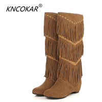KNCOKAR אתני חדש מלא גדילים פרה נשים מעל מגפי הברך גדילי אופנה זמש ירך מגפיים גבוהים שטוחים מרטין אתחול חם מכירות