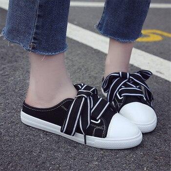 dd152f8327d Zapatos de mujer 2019 nuevas medias zapatillas negras con cordones zapatos  de lona de punta redonda sin tacón Zapatos coreanos blancos damas pedales  Slip-on
