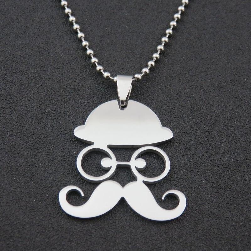 homme avec collier et moustache
