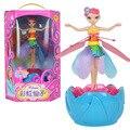 Nuevo estilo Azul Elsa Muñeca de JUGUETE Flying Fairy Infrarrojo Inducción de Control Volar Muñecas Juguetes Del Regalo Del Bebé/Chica Divertida