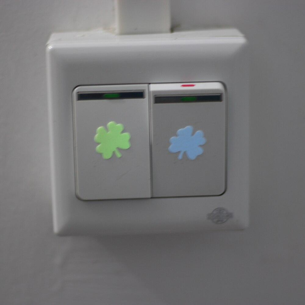 De cuatro hojas del trébol luminoso etiqueta interruptor oscuro resplandor adhes