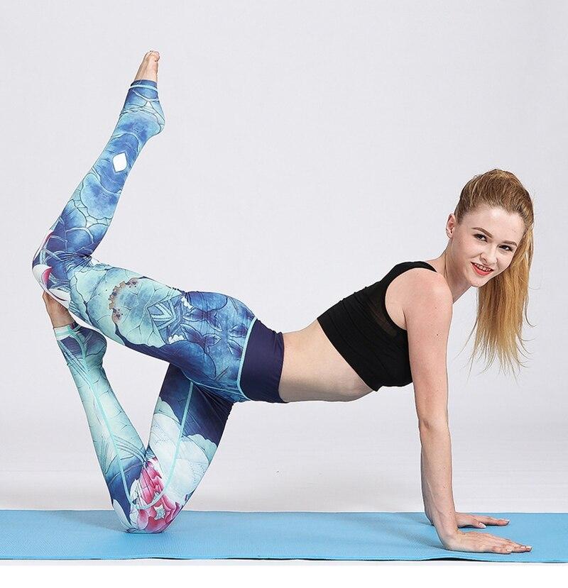 Leggings bleu imprimés fleurs roses - posture de yoga - à quatre pattes