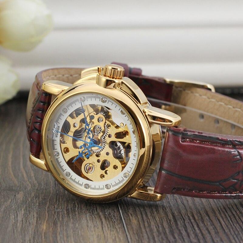Relógio vencedor branco e dourado superfície com