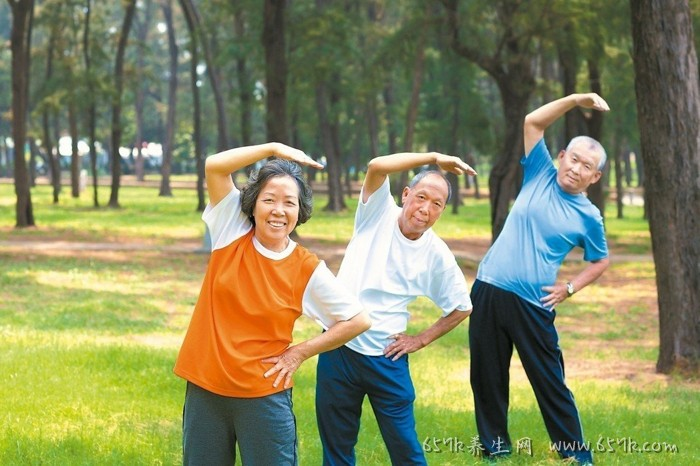 老年人防跌倒 需训练肌力脑力