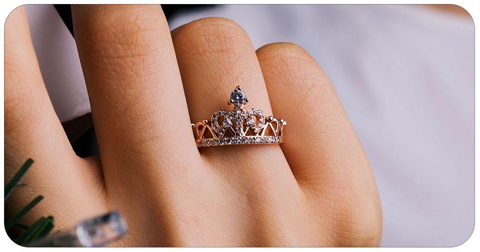 Bague couronne en plaqué or 18 carat main