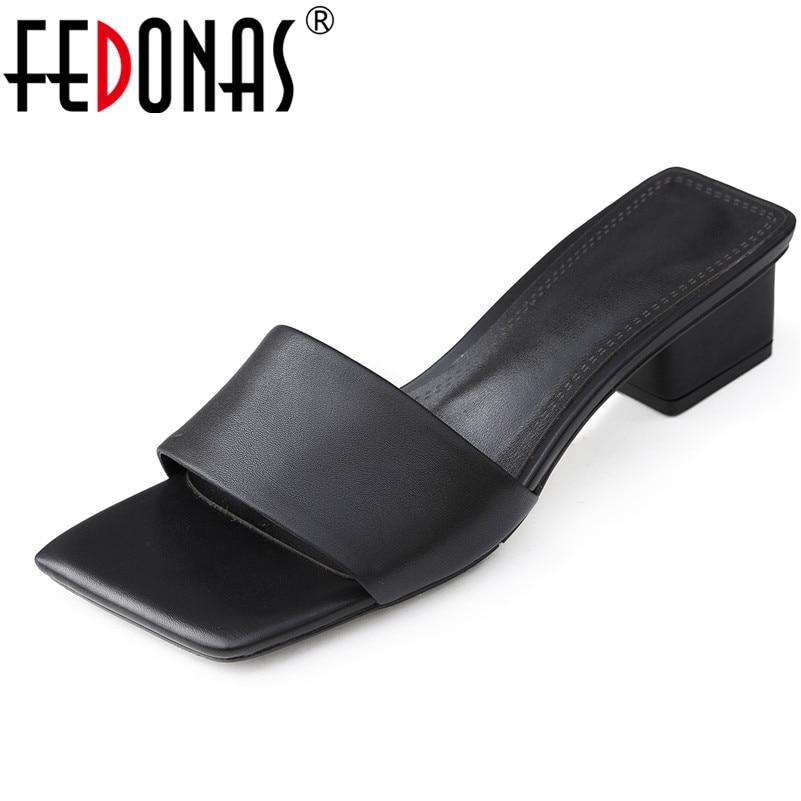 Ayakk.'ten Orta Topuklu'de FEDONAS Rahat Kadınlar Yeni Varış rahat ayakkabılar Hakiki Deri Kadın Pompaları moda ayakkabılar Kadın Roma Kare Topuklu Sandalet'da  Grup 1