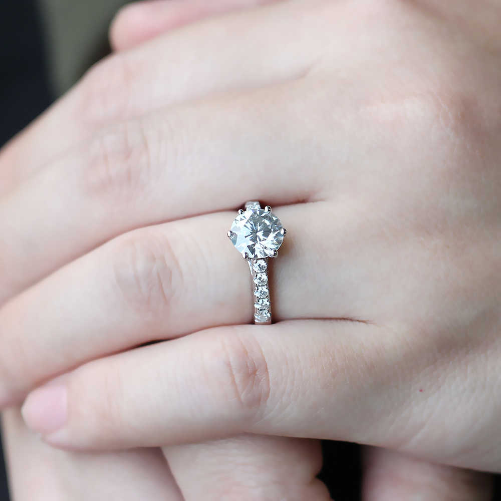 Transgem 2ct กลาง 8 มม. H สี Moissanite แหวนหมั้น Solitaire ที่มีสำเนียงเงินสเตอร์ลิงสำหรับสตรี