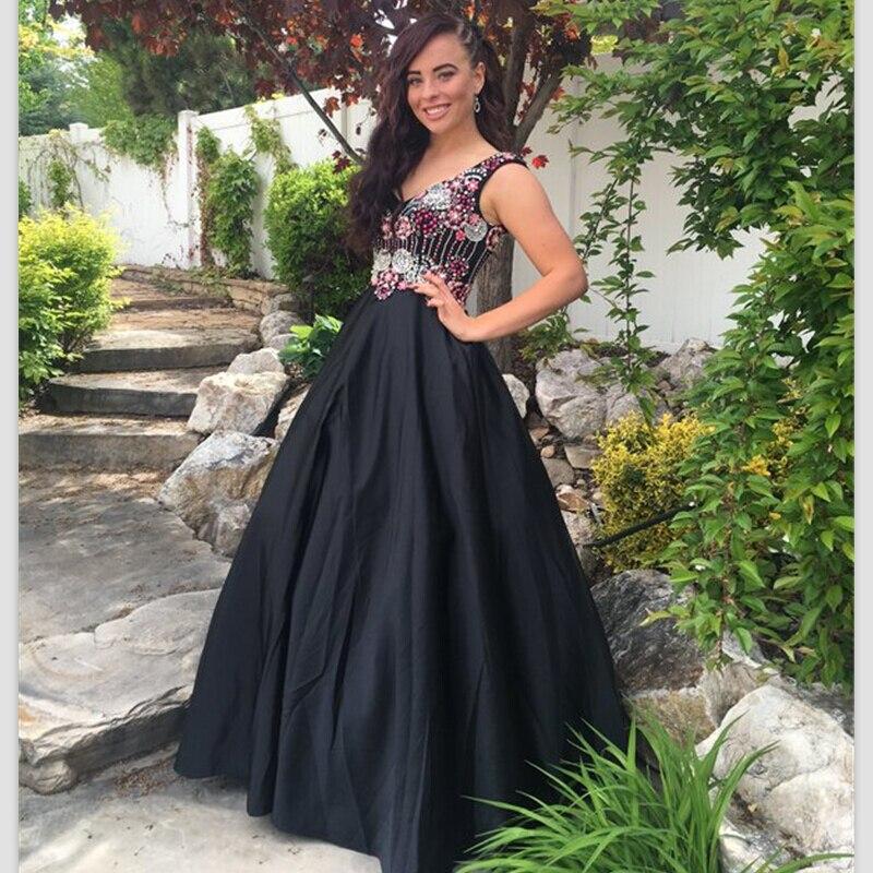 Черные бусы под красное длинное платье фото
