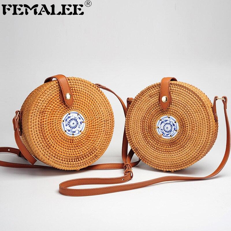 Bagaj ve Çantalar'ten Omuz Çantaları'de Yaz omuzdan askili çanta Kadınlar için Mavi ve Beyaz Porselen Kadın Daire Hasır Çanta El Yapımı Örgü Crossbody Bali kamış örgü çanta title=