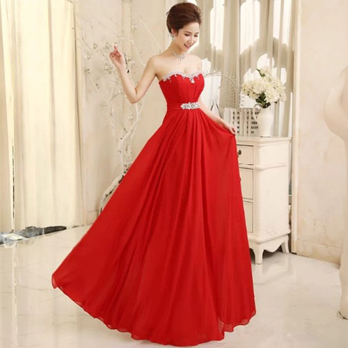 Элегантное красное платье с вырезом