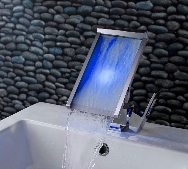 Netradiční široká LED podsvícená vodopádová umyvadlová baterie