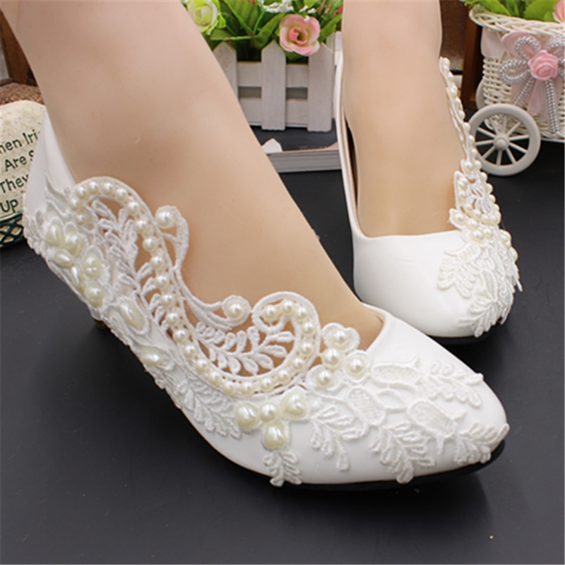 Med heel customized wedding shoes woman laces ivory pearls bridal brides slip on wedding pumps shoes lady female party shoe low heel 3cm heel ivory lace wedding shoes woman sweet pearls handmade pearls brides small heel wedding shoes lady party pumps