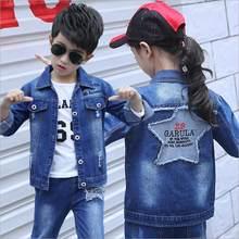 1cf65d56618 2018 Новые детские весна осень набор мальчик девушка мода письмо  Embroidered Denim Jacket джинсы костюм дети для малыша  на кажд.