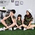2017 verano madre e hija padre comouflage verde camiseta cortocircuitos fijados 2 unids familia papá mamá bebé niño traje a juego FE210