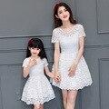Семьи сопоставления одежда мама и дочь белый кружевном платье с коротким рукавом круглым воротом белые платья для женщин 2017 девочек clothing