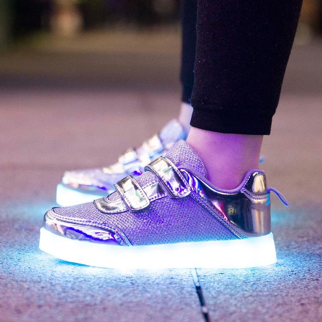 2017 Sapatas Do Miúdo Colorido Iluminado Asa Europeia Sapatas Do Miúdo Tênis Tênis de Corrida Sapatos de Skate Para Crianças