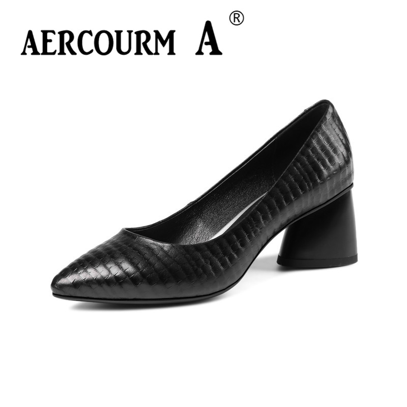 цена на 2018 New Women Genuine Leather Shoes Ladies Black Brown Dress Solid Shoes Square Heel Women Brand Pumps Shoes Brown Sheep Skin