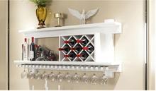 Массив дерева винный шкаф, висит красное вино гостиная. полки.