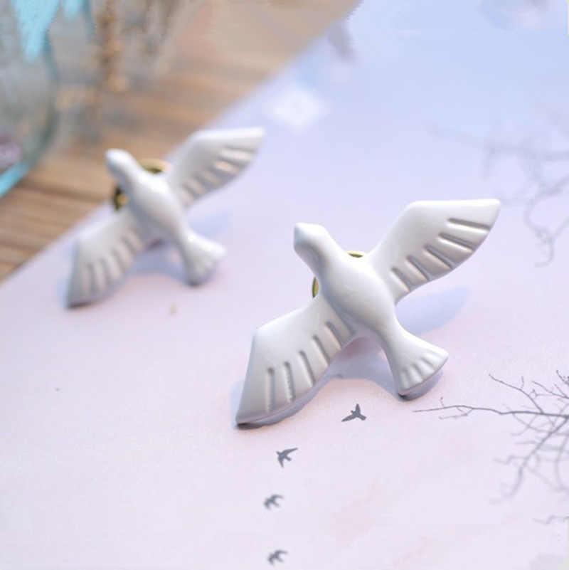 Baru Swallow Bros Akrilik Vintage Putih Perdamaian Dove Burung Manset Pin Perhiasan untuk Wanita Korsase Kerah Pin Lencana